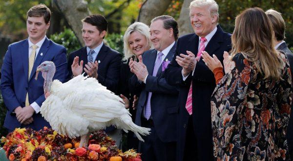 Bild von Trump der einen Truthahn begnadigt.